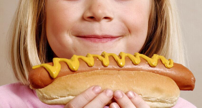 girl hotdog-850x455