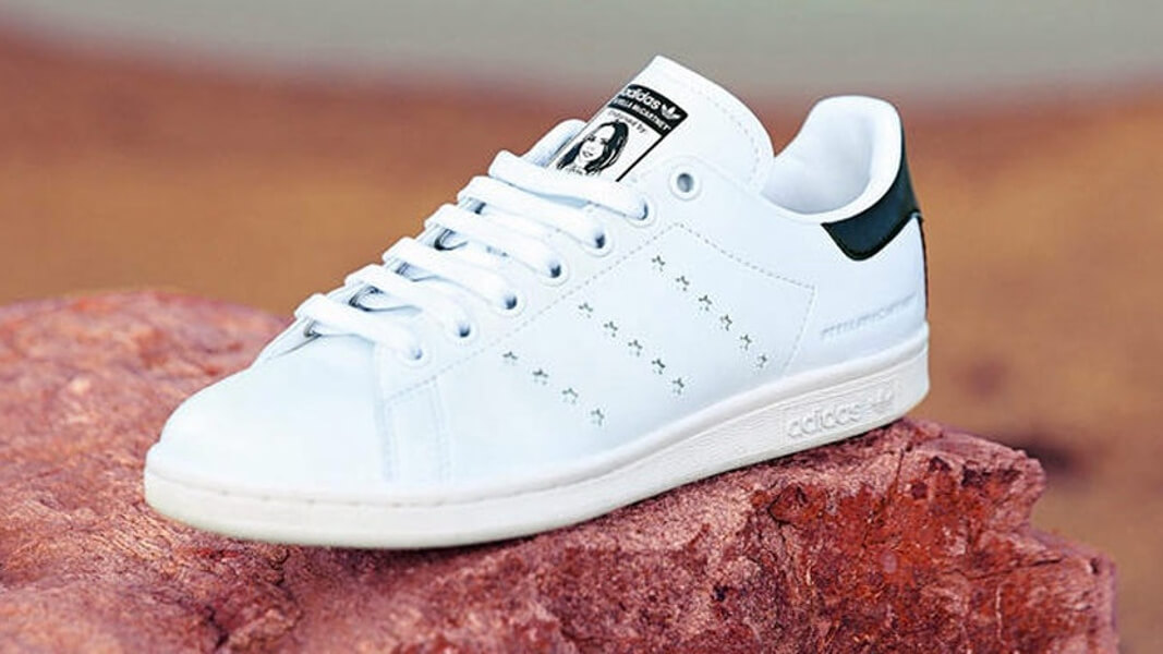 Paralizar Mojado partido Democrático  Stella McCartney and Adidas Launch the First Vegan Leather Stan Smith Shoe  | LIVEKINDLY