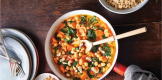 Easy One-Pan Vegan Thai Red Curry With Spinach and Carrots