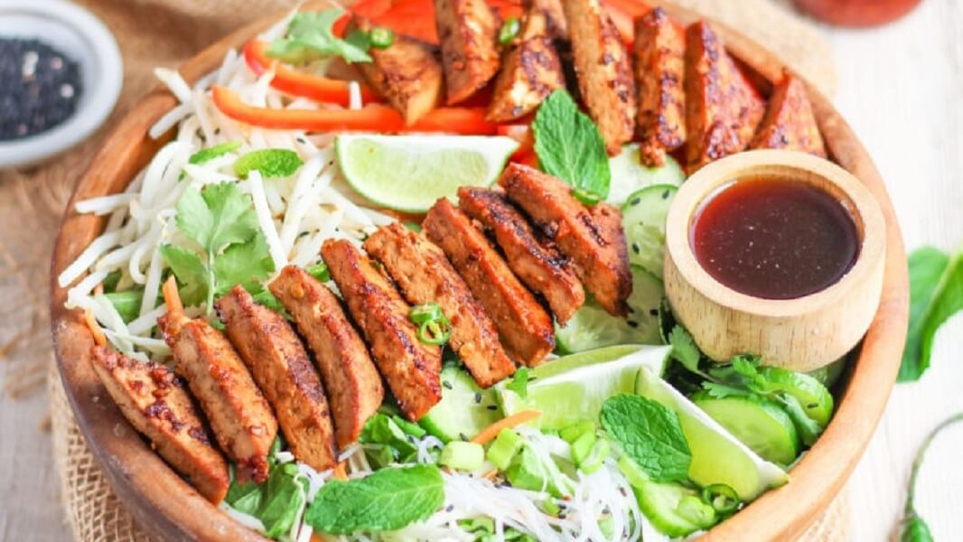 This Vegan Vietnamese Salad Comes With Ginger Tofu