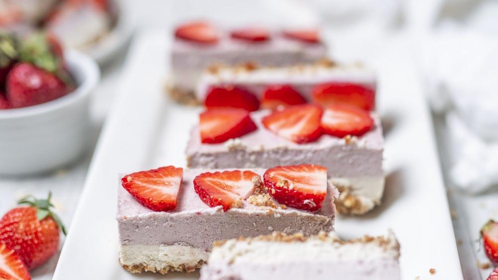 No-Bake Vegan Strawberry Cream Mini-Cakes